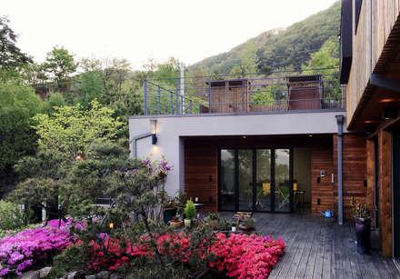 용인 문촌리 전원주택: 비온후풍경 ㅣ J2H Architects의  발코니, 베란다 & 테라스