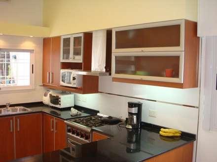 Reforma integral de cocina: Cocinas de estilo moderno por Somos Arquitectura