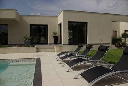 Maison avec piscine: Piscines  de style  par Pierre Bernard Création