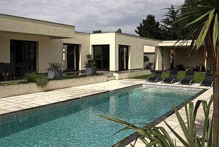 Extérieur avec piscine: Jardin de style de style Méditerranéen par Pierre Bernard Création
