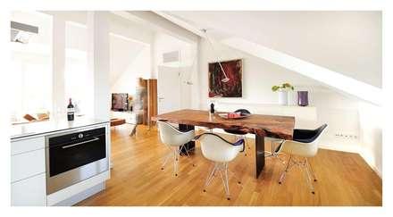 Dachgeschossloft München: minimalistische Esszimmer von Heerwagen Design Consulting
