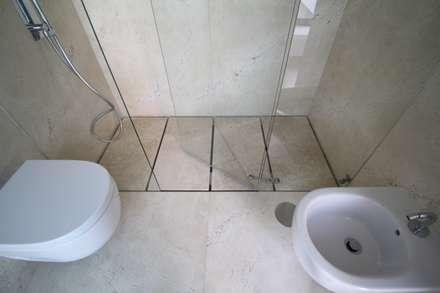 Edifício Lousada: Casas de banho minimalistas por Lousinha Arquitectos