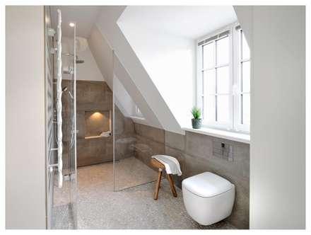 Familienvilla in Grünwald: moderne Badezimmer von Heerwagen Design Consulting