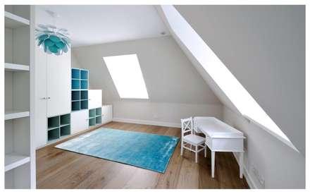 Familienvilla in Grünwald: moderne Ankleidezimmer von Heerwagen Design Consulting