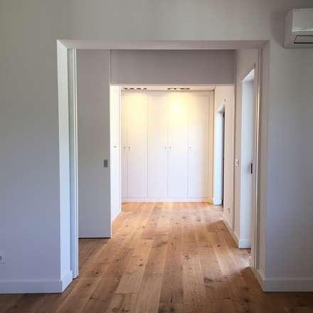 Closet da Suite: Closets modernos por HighPlan Portugal