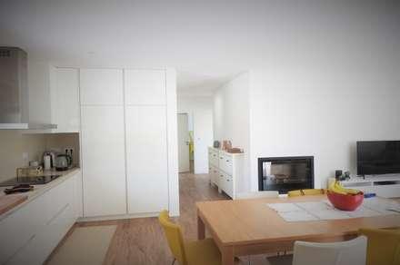 CASA HEITOR: Cozinhas modernas por Jesus Correia Arquitecto