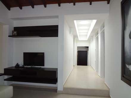 Hall de alcobas después de la remodelación: Pasillos y vestíbulos de estilo  por John Robles Arquitectos