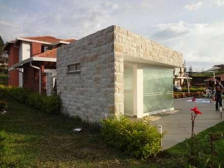 Zona social casa 41: Spa de estilo moderno por John Robles Arquitectos