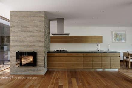 キッチンと暖炉~038那須Fさんの家: atelier137 ARCHITECTURAL DESIGN OFFICEが手掛けたキッチンです。
