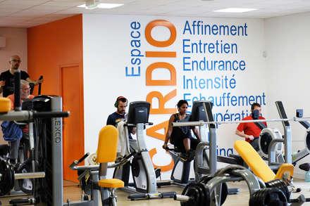 Concept Orange Bleue: Salle de sport de style de style Moderne par Agence 1+1