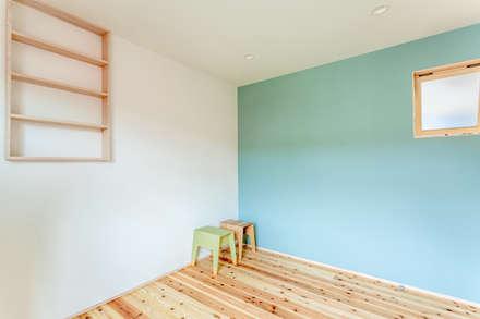 堀端の家: 浅野翼建築設計室が手掛けた子供部屋です。