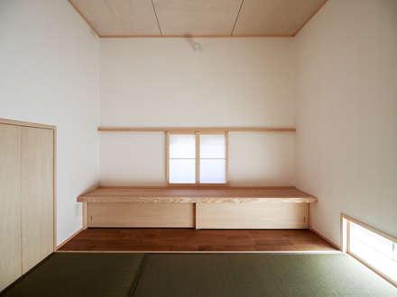 大屋根の家: AtelierorB  が手掛けた寝室です。