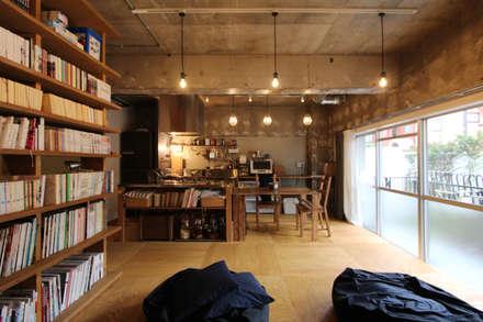 本屋と食堂: nuリノベーションが手掛けたリビングです。