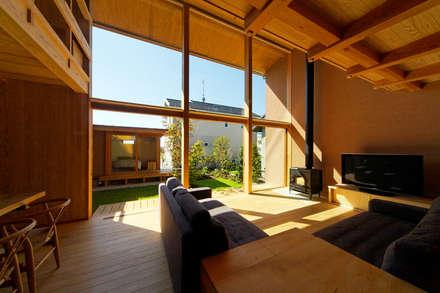 下古山・中庭のある家: 中山大輔建築設計事務所/Nakayama Architectsが手掛けたリビングです。