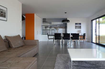 Salon ouvert sur salle à manger: Salon de style de style Moderne par Pierre Bernard Création
