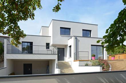 Maison cubique blanche ultra contemporaine dans le Rhône: Maisons de style de style Moderne par Pierre Bernard Création