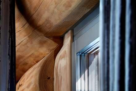 Landhaus mit besonderem Charme und gesundem Raumklima:  Modernes Wohnen im Naturstammhaus:  Fenster von Kneer GmbH, Fenster und Türen
