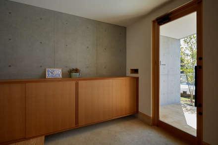 山里のいえ: toki Architect design officeが手掛けた廊下 & 玄関です。