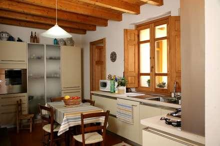 Casa in terra cruda: Cucina in stile in stile Mediterraneo di Studio ...