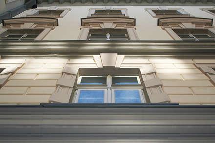 Facciata interna del Palazzo della Regione a Trieste: : Musei in stile  di Eleni Decor