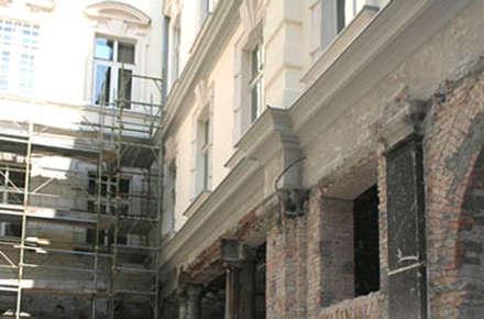 Progetto restauro facciata interna del Palazzo della Regione FVG di Trieste: Musei in stile  di Eleni Decor