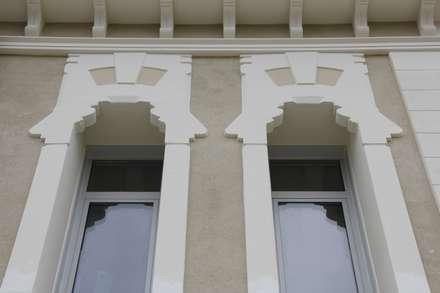 Dettaglio cornici contorni finestre, ricostruite fedelmente da Eleni Decor: Scuole in stile  di Eleni Decor