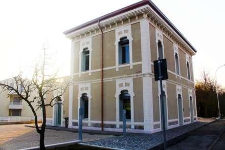 Restauro facciata ex-stazione ferroviaria a Limena: Scuole in stile  di Eleni Decor