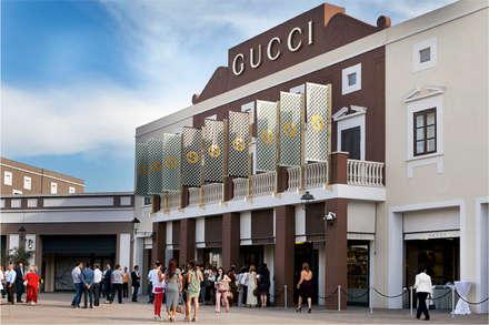 Sicilia Outlet Village: Centri commerciali in stile  di Eleni Decor