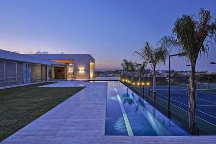 Casa no Condomínio Serra dos Manacás: Casas modernas por Lanza Arquitetos