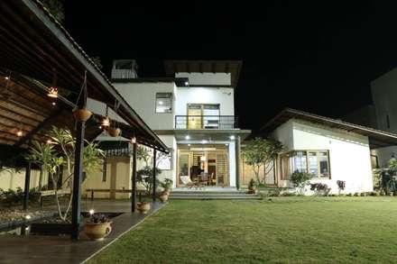 Kasliwal bungalows: minimalistic Garden by 4th axis design studio