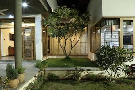 Kasliwal bungalows: minimalistic Garden by 4th axis design studio