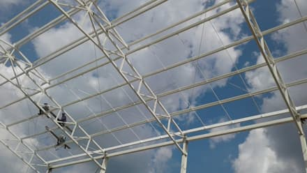 Estrutura de metal bodegas: Garajes de estilo clásico por Crearquitech S.A.S