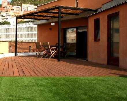 césped artificial en ático en Barcelona: Terrazas de estilo  de ecojardí