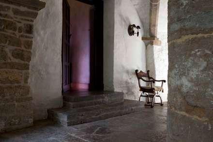Bodegas de estilo mediterráneo por Janine Stone Design