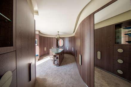 Incurvo: modern Dressing room by Adrian James Architects