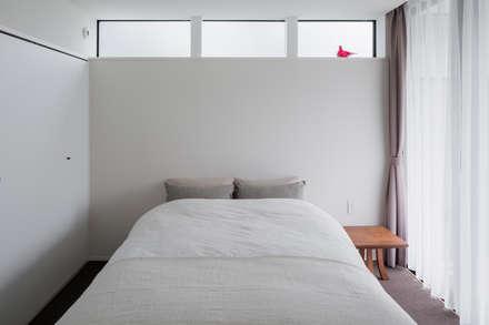 日野の家: Kawakatsu Designが手掛けた寝室です。