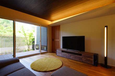 リビング: SQOOL一級建築士事務所が手掛けたキッチンです。