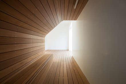 北千束の集合住宅: 黒川智之建築設計事務所が手掛けた壁です。
