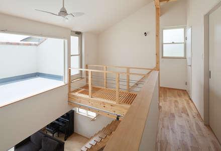 Corridor & hallway by 田村の小さな設計事務所