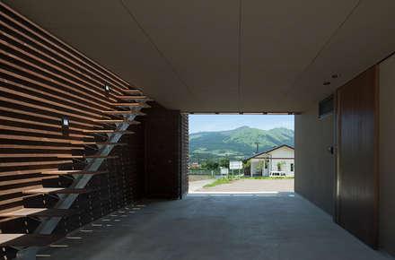 Garages de estilo moderno por 田村の小さな設計事務所