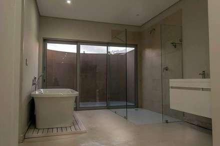 HSE Venter/Dilks: minimalistic Bathroom by CA Architects
