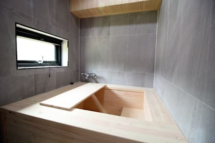히노끼 욕조: 봄 하우스플랜 의  욕실