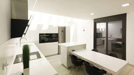 Cocina: Cocinas de estilo moderno de arqubo arquitectos