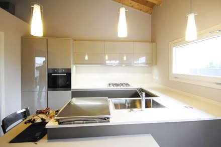 MCArc Nuova costruzione Villa BZ Interior Design: Cucina in stile in stile Moderno di MCArc Laboratorio di architettura sostenibile