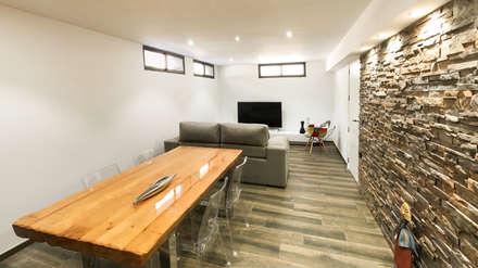 Salón de planta sótano: Salones de estilo moderno de arqubo arquitectos
