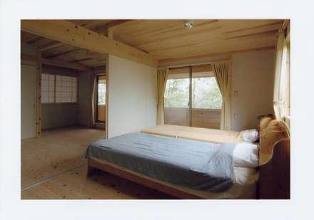寝室: 氏原求建築設計工房が手掛けた寝室です。