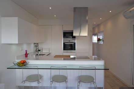 : Cozinhas modernas por Atelier de Arquitectura Susana Guerreiro