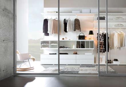 Closets de estilo moderno por Bauer Schranksysteme GmbH