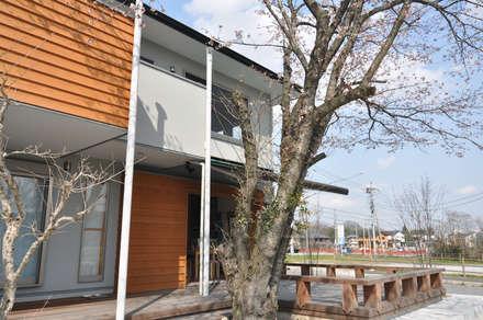 【土間玄関とデッキを使ったカフェスペースのある家】: (株)独楽蔵 KOMAGURAが手掛けた庭です。