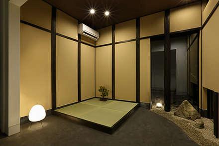 kyoto-uji japanese hotel: ALTS DESIGN OFFICEが手掛けた玄関・廊下・階段です。